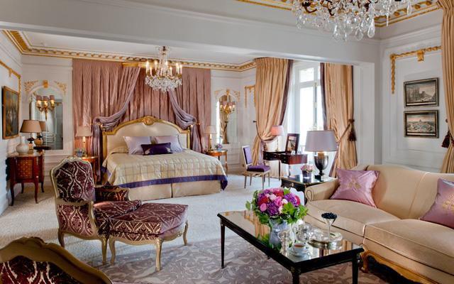 Được thiết kế bởi kiến trúc sư Marie-José Pommereau, phòng hoàng gia của Hôtel Plaza Athénée mang phong cách kiến trúc từ thế kỷ 19. Đây cũng là căn phòng lớn nhất khách sạn với bốn phòng ngủ, bốn phòng tắm, hai phòng vẽ, một làm việc và một nhà bếp.