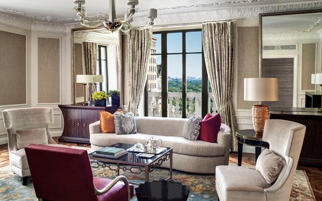 Tọa lạc tại Fifth Avenue, phòng Tổng thống của khách sạn St Regis có diện tích 300 m2. Khách lưu trú ở đây sẽ được hưởng dịch vụ chăm sóc sức khỏe trọn gói, có phòng mát-xa riêng.