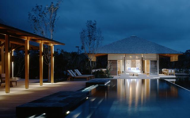Villa gồm hồ bơi riêng, phòng tắm ngoài trời. Các phòng được phục vụ bởi đội ngũ đầu bếp, quản gia phục vụ 24h. Xung quanh villa là khu bảo tồn thiên nhiên rộng 18.000 foot.