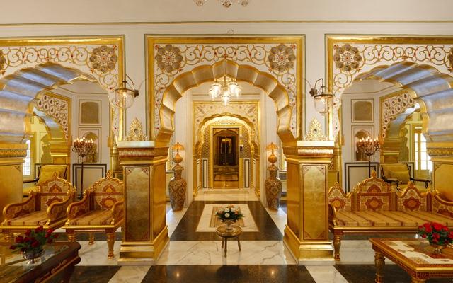 Được xây dựng vào năm 1727, Raj Palace đã từng là cung điện của dành cho các vị vua. Phòng Shahi Mahal được trang trí nội thất với đèn chùm pha lê, vàng lá và ngà voi.
