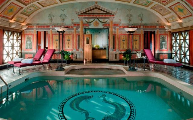 Phòng tổng thống duy nhất tại khách sạn Principe di Savoia, Milan có hồ bơi riêng trong phòng, nội thất xa hoa theo phong cách cổ điển.