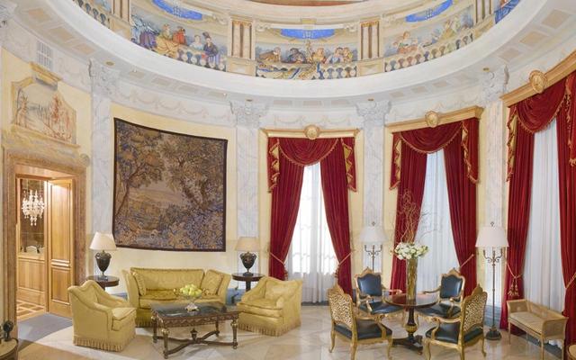 Nằm trên tầng 5 và 6 của The Westin Excelsior ở Rome, Villa La Cupola là phòng khách sạn lớn nhất của Ý. Nó được xây dựng theo phong cách kiến trúc cổ điện, sang trọng.