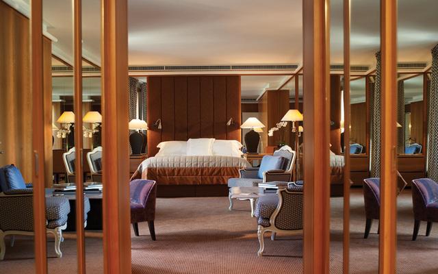Với diện tích 230 m2, Royal Armleder Suite của khách sạn Le Richemond có hồ bơi và khu sân thượng rộng 27 m2 nhìn thẳng ra hồ Geneva, Nhà thờ St Pierre và dãy núi Alps.
