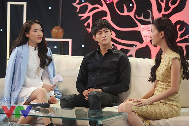 Trong khi Nhã Phương nói chuyện với đạo diễn chương trình, Kang Tae Oh lơ đãng nhìn xung quanh.