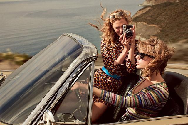 Lấy cảm hứng từ những chuyến du lịch, nhiếp ảnh gia Mikael Jansson đã mang tới cho độc giả Vogue những khoảnh khắc chân thực và sống động nhất về hai chân dài xinh đẹp Taylor Swift và Karlie Kloss