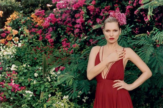 Kate Moss duyên dáng với sắc Hè đỏ rực.