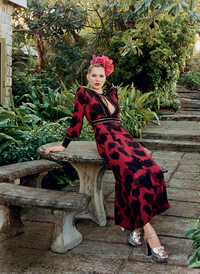 Bộ váy liền màu đỏ - đen cũng làm tôn nét đẹp cổ điển, mặn mà.