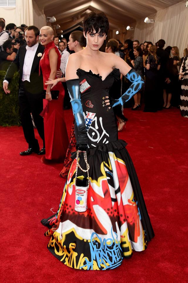 Katy Perry gây ấn tượng mạnh trong bộ cánh với những họa tiết đường phố Graffiti