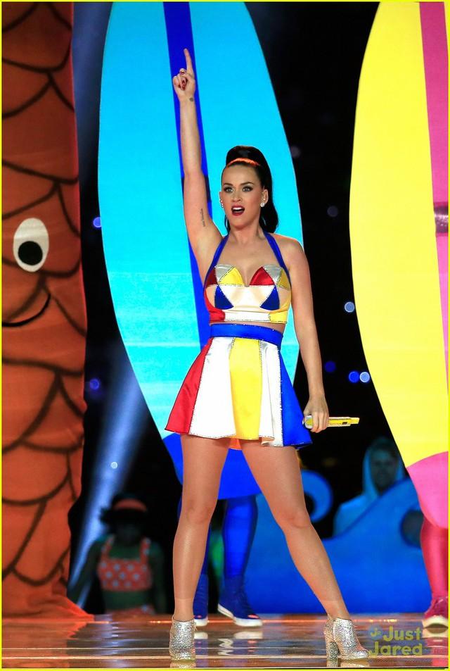 Trong thời gian nghỉ giữa hiệp, Katy Perry đã mang đến một màn trình diễn vô cùng ấn tượng