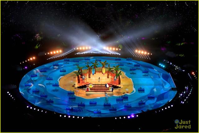 Sân khấu được dàn dựng công phu với hệ thống đèn chiếu sáng hiện đại bậc nhất
