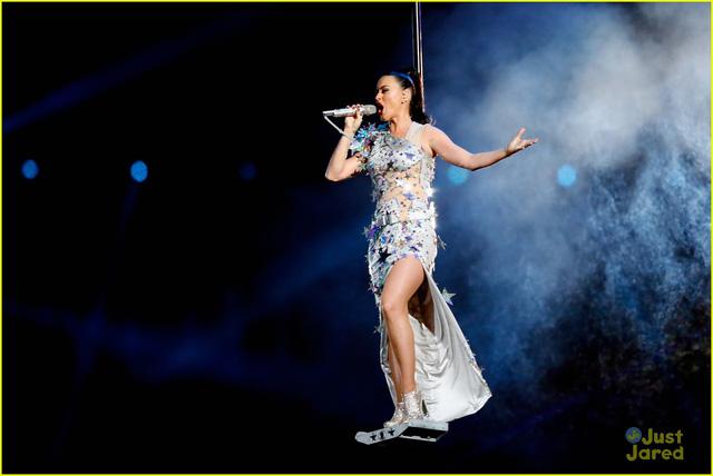 Không chỉ trình diễn với hổ, Katy Perry còn khiến người xem rợn gáy khi bay lơ lửng giữa không trung