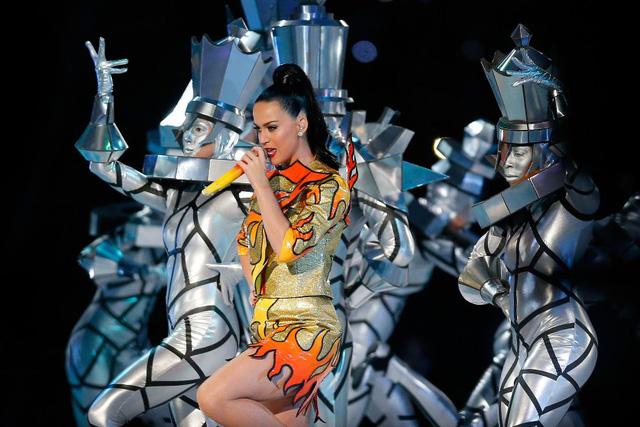 Ngoài Katy Perry, trận so tài đỉnh cao Super Bowl còn có sự tham dự của nhiều ca sĩ nổi tiếng khác như Indina Menzel, John Legend...