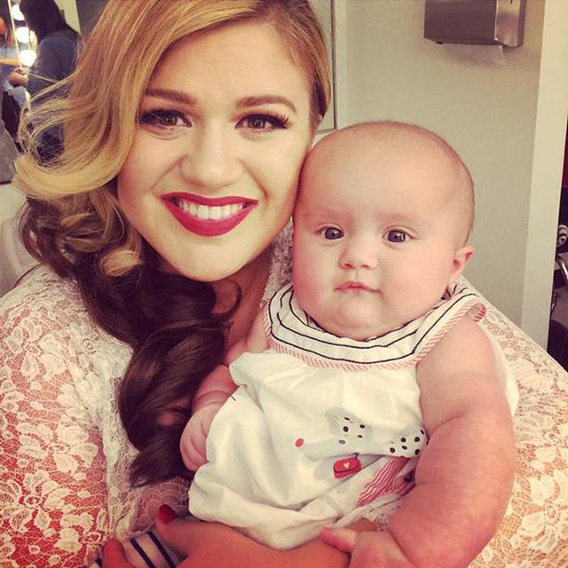 Kelly Clarkson đưa con gái vào phòng thu cùng mình (ảnh: Instagram)