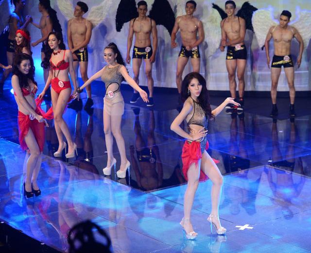 Khả Trang trong phần thi trang phục bikini cách điệu
