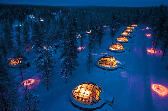 Khách sạn Kakslauttanen ở Phần Lan là một tập hợp những ngôi nhà tuyết với mái kính trong.