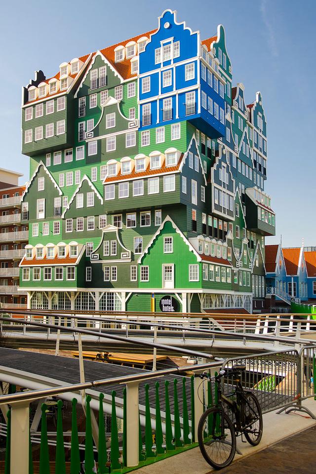 Khách sạn Amsterdam Zaandam ở Hà Lan rực rỡ với nhiều màu sắc, trông như được ghép lại từ nhiều ngôi nhà nhỏ.