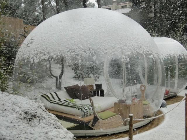 Khách sạn Attrap Reves ở Pháp được làm bằng kính trong suốt và có hình thù như quả cầu tuyết.