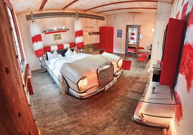 Những ai mê xe hơi sẽ khó bỏ qua khách sạn V8 ở Stuttgart (Đức).