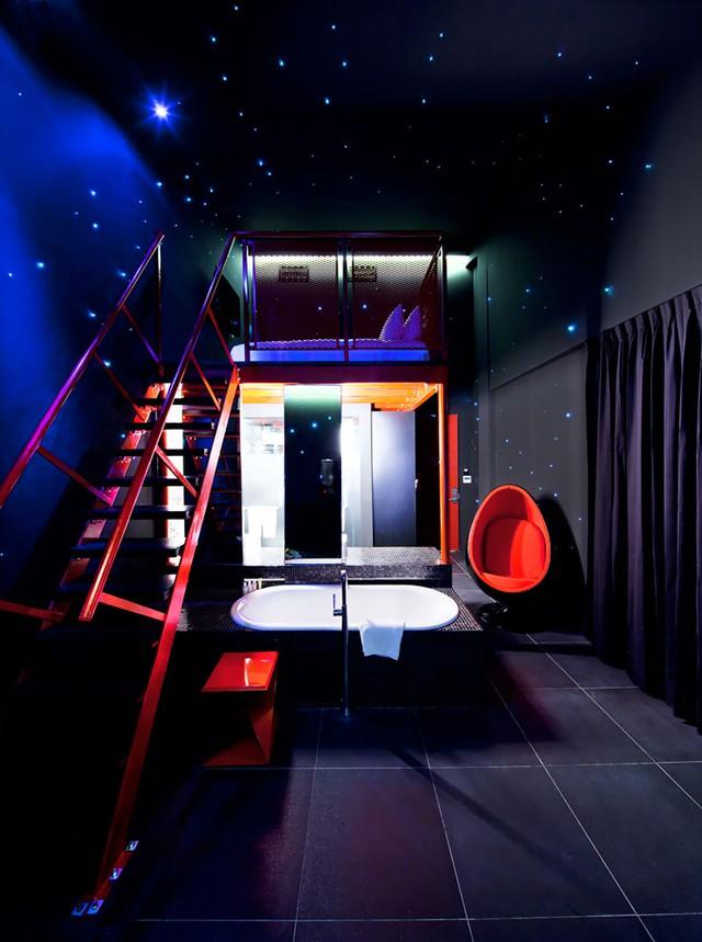 Khách sạn Wanderlust ở Singapore khiến du khách như đang được tham gia vào một chuyến du hành vũ trụ.