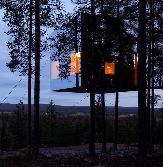 Khách sạn trên cây, có tên Mirrorcube ở Thụy Điển được thiết kế với những lớp kính trong suốt, khiến nơi đây như tàng hình.