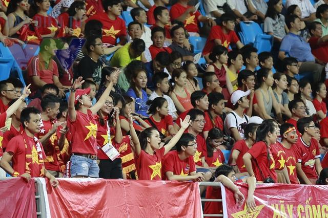 Trong suốt cả trận đấu, khu vực khán đài có sự xuất hiện của các CĐV Việt Nam luôn rất cuồng nhiệt. Có lẽ, đây chính là động lực để các cầu thủ thi đấu bùng nổ.