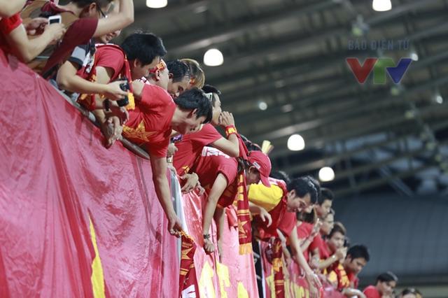 Khán giả hò reo cổ vũ hành động của các cầu thủ U23 Việt Nam.