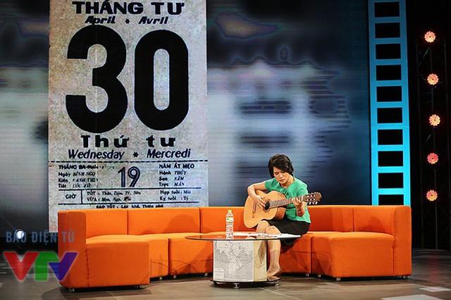Nhà báo Thu Hà tập đàn trước giờ ghi hình chương trình.