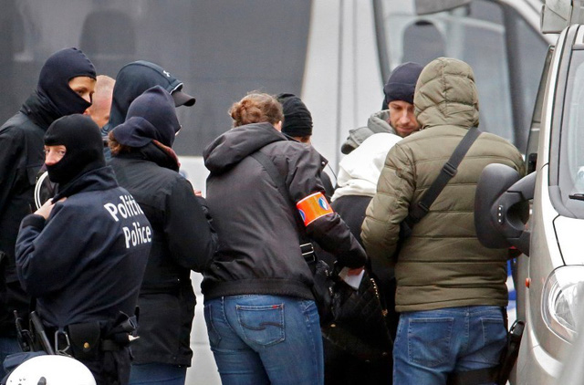 Cảnh sát Bỉ trong một cuộc đột kích tại ngoại ô Brussels ngày 16/11. Cuộc đột kích này nhằm tìm ra những kẻ có liên quan đến cuộc tấn công khủng bố tại Paris ngày 13/11. (Ảnh: REUTERS/Yves Herman)