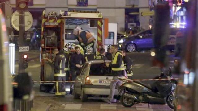 Một số người được giải cứu trong tình trạng bị thương đã được đưa đi cấp cứu (Ảnh: AFP)