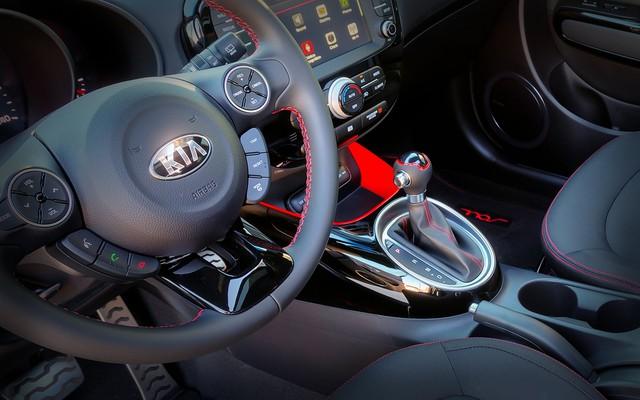 Bên trong xe nổi bật với những đường nét viền màu đỏ trên nền đen