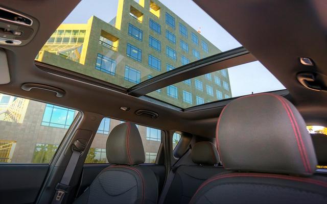 Khách hàng có thể trả thêm phí để lắp đặt cửa sổ trời sử dụng kính chắn chống nắng rộng trên mui xe