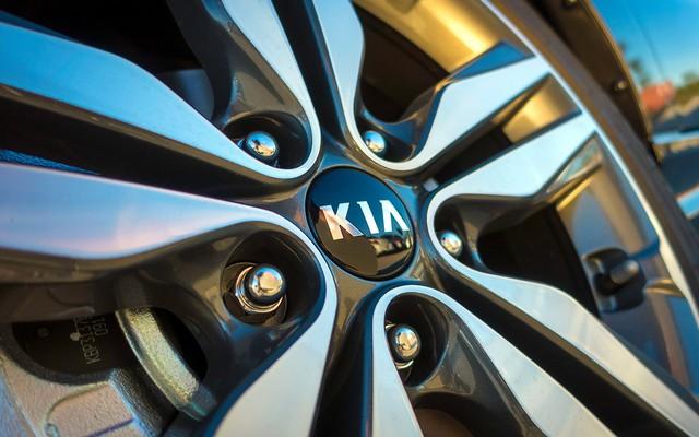 Bộ la-giăng hợp kim 18 inch 5 chấu nổi bật với logo Kia