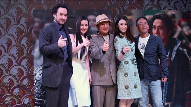 Đoàn làm phim Kiếm Rồng trong lễ ra mắt phim ở Thượng Hải.