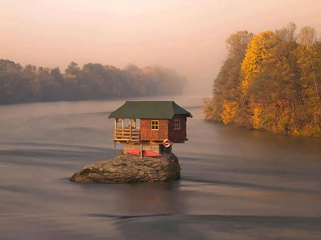 Một căn nhà ở Serbia không chỉ nổi tiếng bởi vẻ ngoài nhỏ xinh, mà còn bởi nằm cân bằng trên một mỏm đá ở vùng sông nước.
