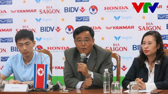 HLV Kim Chang Bok tại buổi họp báo trước trận (Ảnh: Chí Hiển)