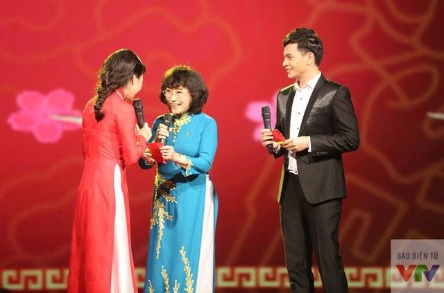 NSƯT Kim Tiến mừng tuổi 2 MC của chương trình.