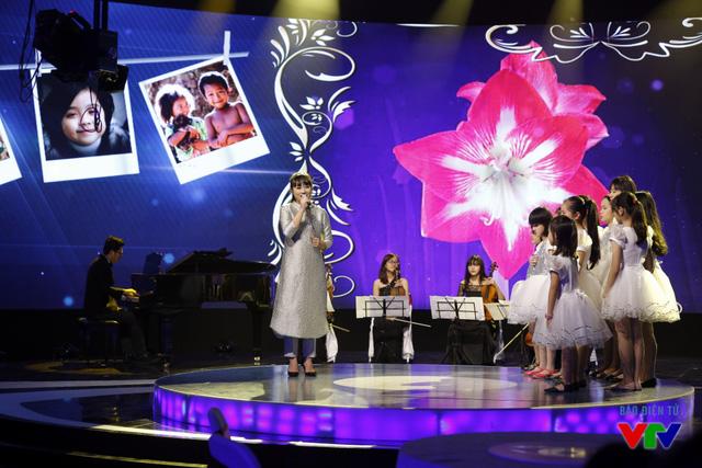Xuất hiện trong chương trình Cảm ơn cuộc đời, nữ ca sĩ Khánh Linh khiến nhiều người bất ngờ với vẻ ngoài khác lạ: thon gọn và quyến rũ hơn