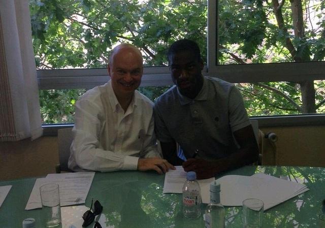 Inter Milan tung ảnh Kondogbia đặt bút ký vào hợp đồng chuyển nhượng hôm 22/6.