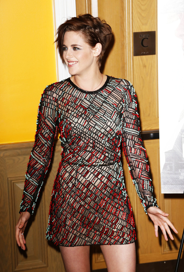 Những bộ váy nổi bật với tông màu mà cô yêu thích.