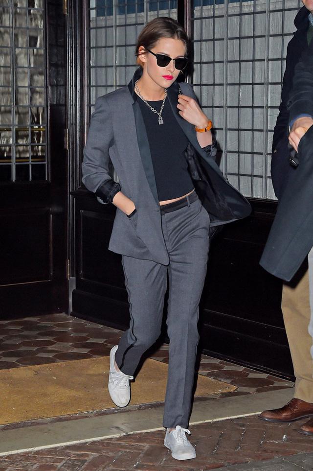 Nhìn trông đơn giản nhưng bộ vest vẫn làm tôn vẻ thanh lịch, cá tính cho cô.