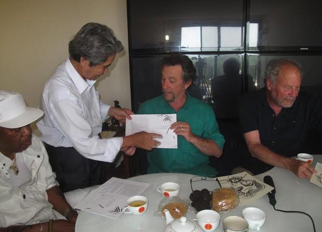 Đạo diễn - NSƯT Minh Chuyên trao đổi với GS - nhà văn Wayne Kalin cùng các bạn của cựu binh này, đều là những người từng tham gia phong trào phản đối chiến tranh ở Việt Nam (ảnh: nhân vật cung cấp)
