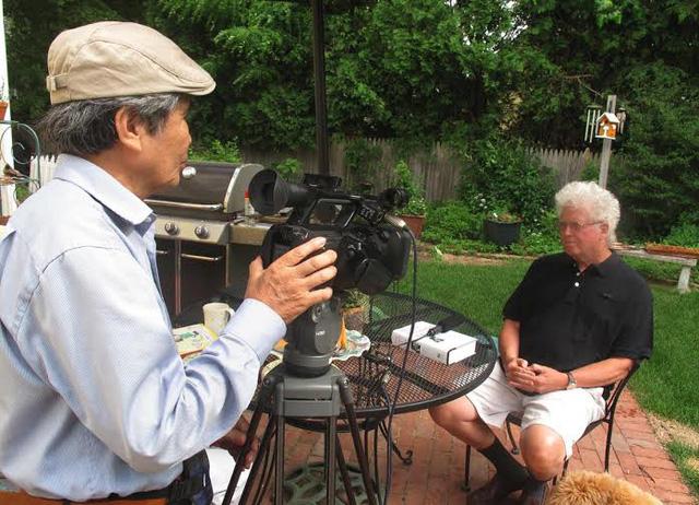 NSƯT - đạo diễn Minh Chuyên phỏng vấn và ghi hình GS Kevin Bowen - Cựu Giám đốc tổ chức William Joiner ở Boston (Mỹ), cũng từng là một cựu binh tham gia cuộc chiến tranh ở Việt Nam (ảnh: nhân vật cung cấp)