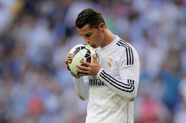 Cristiano Ronaldo giành Pichichi với 48 bàn thắng, trong đó có kỷ lục 8 hat-trick tại La Liga. Ngoài ra, CR7 cũng sẽ thâu tóm danh hiệu Chiếc giày vàng châu Âu lần thứ 4. Vì thế, không có gì đáng ngạc nhiên khi Ronaldo xuất hiện trong ĐHTB của La Liga mùa này.