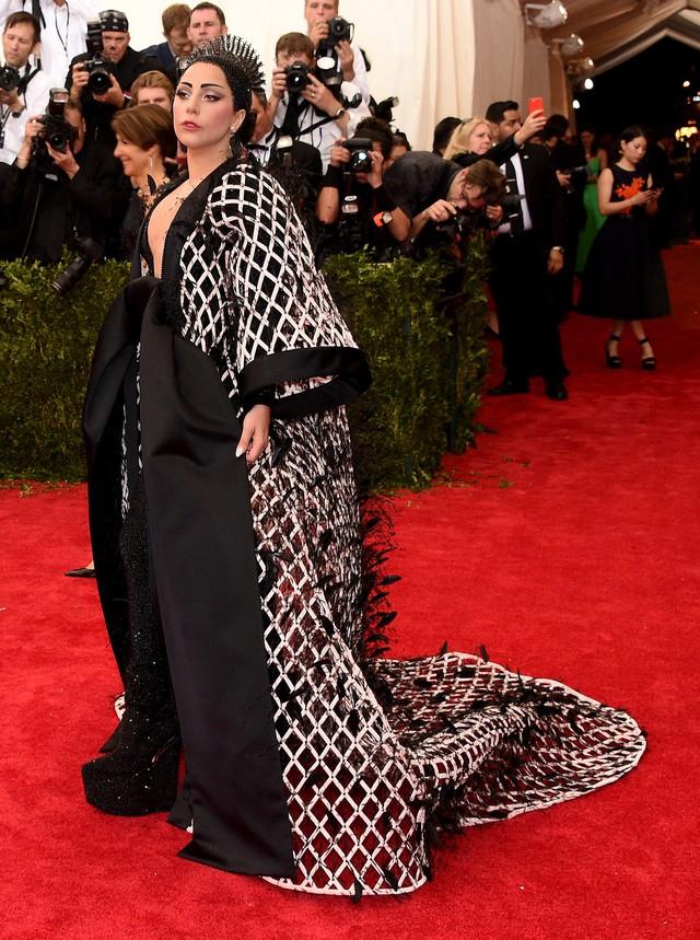 Vẫn với gu thời trang kỳ quái, bộ cánh đặc biệt của Lady Gaga nhận được sự quan tâm của giới truyền thông