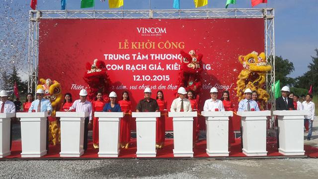 Lãnh đạo Tập đoàn Vingroup và UBND tỉnh Kiên Giang ấn nút khởi công Tổ hợp Vincom Rạch Giá. (Ảnh: Báo Nông nghiệp)