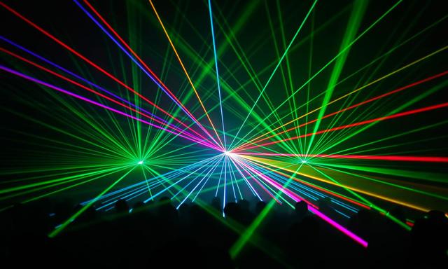 Đèn laser chiếu từ mặt đất có thể gây ra các vụ tai nạn hàng không nghiêm trọng khi làm ảnh hưởng đến sự tập trung của các phi công