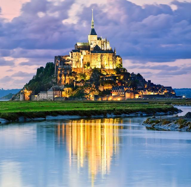 Nàng tiên cá cũng là một trong những bộ phim hoạt hình nổi tiếng của Disney. Tòa lâu đài dưới biển xuất hiện trong phim dựa theo hình ảnh của lâu đài tráng lệ Mont Saint-Michel, nằm trên một hòn đảo tại Normandy (Pháp).