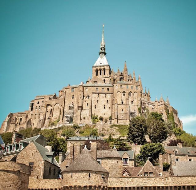 Bên cạnh đó, lâu đài Mont Saint-Michel cũng là nguồn cảm hứng xây dựng nên tòa lâu đài trong phim hoạt hình Tangled.