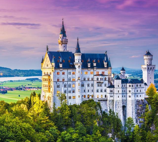 Bạn sẽ bất ngờ khi ghé thăm lâu đài Neuschwanstein ở Đức. Nơi đây không chỉ nổi tiếng bởi vẻ đẹp cổ tích huyền ảo, mà còn là nơi tạo cảm hứng cho hình ảnh tòa lâu đài trong bộ phim hoạt hình Công chúa ngủ trong rừng. Khi còn sống, Walt Disney và vợ đã từng tới đây nghỉ ngơi.