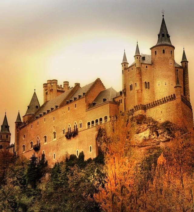 Tòa lâu đài trong bộ phim hoạt hình Bạch Tuyết và 7 chú lùn chính là phiên bản của lâu đài Segovia ở Tây Ban Nha.